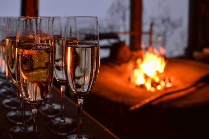 Sparkling wine served by the open fire in exotic venue Panorama Laavu in Levi.