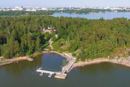 Seurasaaren Kruunun vierasvenelaituri Helsingissä palvelee ravintola Seursaaren Kruunun asiakkaita.