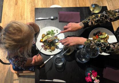 Pieni lapsi ja äiti syömässä Vessel Bistrossa, ravintolassa Jätkäsaaressa.