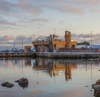 Moderni merenrantakahvila Nokkalan Majakka Espoossa