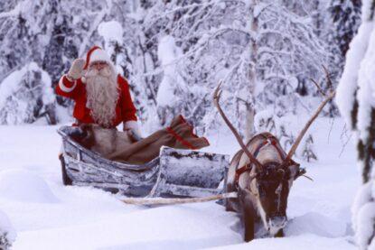 Joulupukki ja poro Levin tunturikylässä.