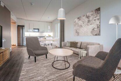 Espoon uuden Hotel Mattsin kolmen huoneen huoneisto on sisustettu maanläheisin värein.