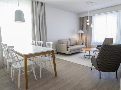 Espoon Hotel Mattsin huoneisto on valoisa ja viihtyisä.