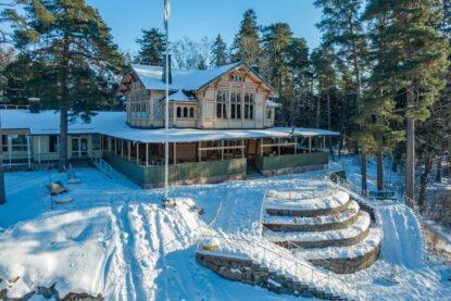 Kahvila Seurasaaren Kruunu toimii historiallisessa rakennuksessa luonnonläheisessä Seurasaaressa Helsingissä.
