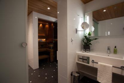 Espoon Hotel Mattsin Sviitissä on upea kylpyhuone ja oma sauna.