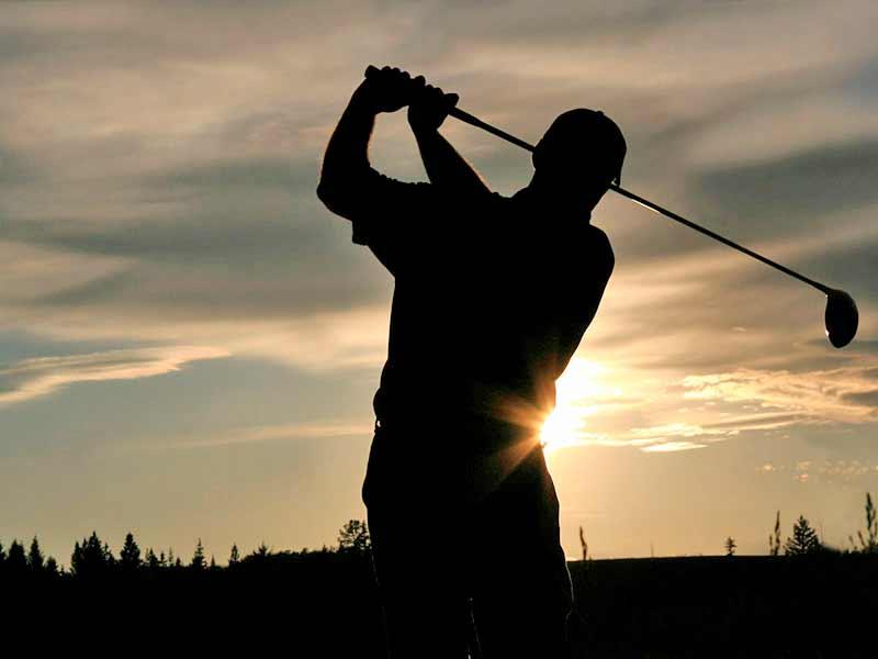 Golfaaja kesäyössä Levin golfkentällä.