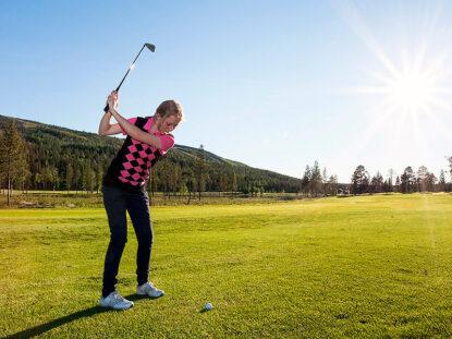 Golffari Levin golfkentällä.